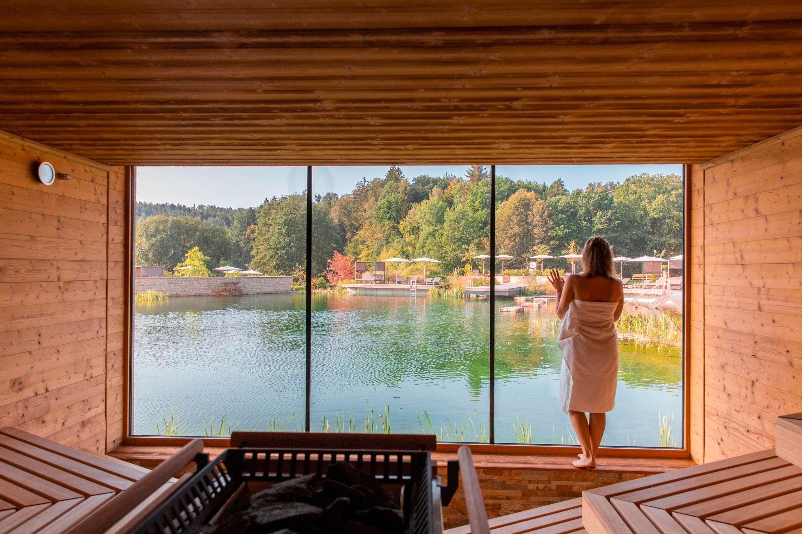 Frau-blickt-aus_Sauna_Pfalzblick