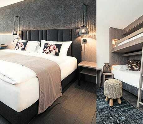 Hotelzimmer mit Doppelbett und Stockbett
