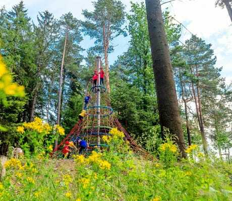 Kletterturm im Wald