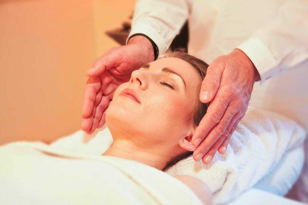 Wellnessurlaub: Frau bekommt eine Kopfmassage
