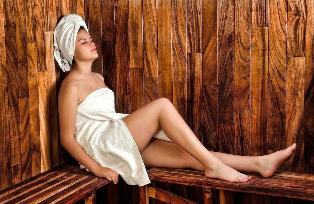 Wellnessurlaub: Frau sitzt in der Sauna
