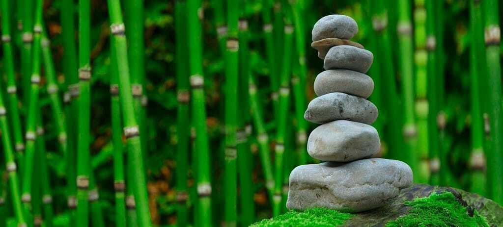 Symbolbild Wellnessurlaub: gestapelte Steine in einem Garten