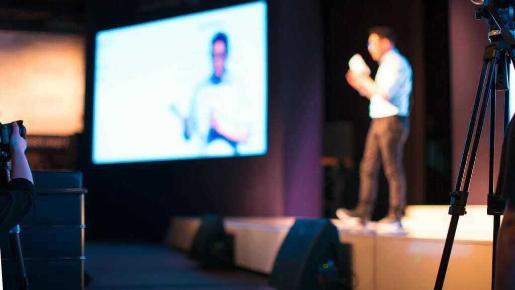 Hybride Veranstaltung: Redner wird gefilmt für Online-Publikum