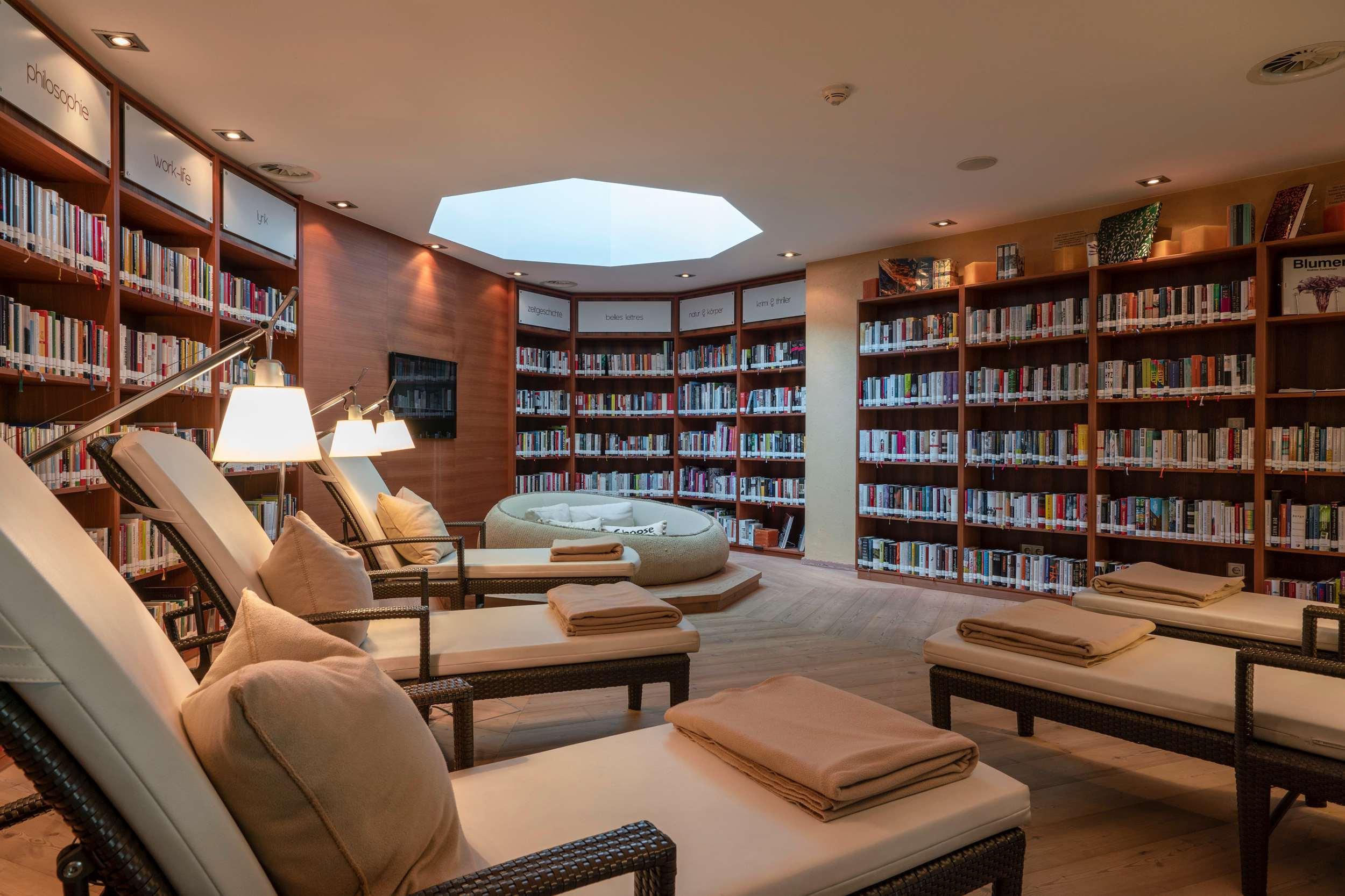 Bibliothek im Spa im Hotel Juffing und Spa