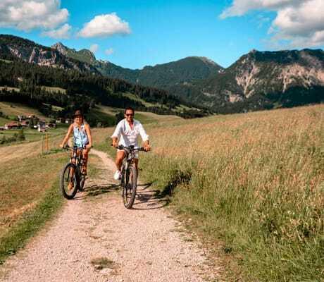 Fahrrad fahren auf einem Feldweg