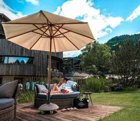Garten mit Lounge und Sonnenschirm