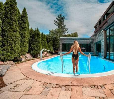 Frau will in Pool reingehen