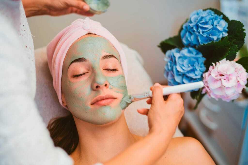 Eine Frau bekommt eine Kosmetikbehandlung
