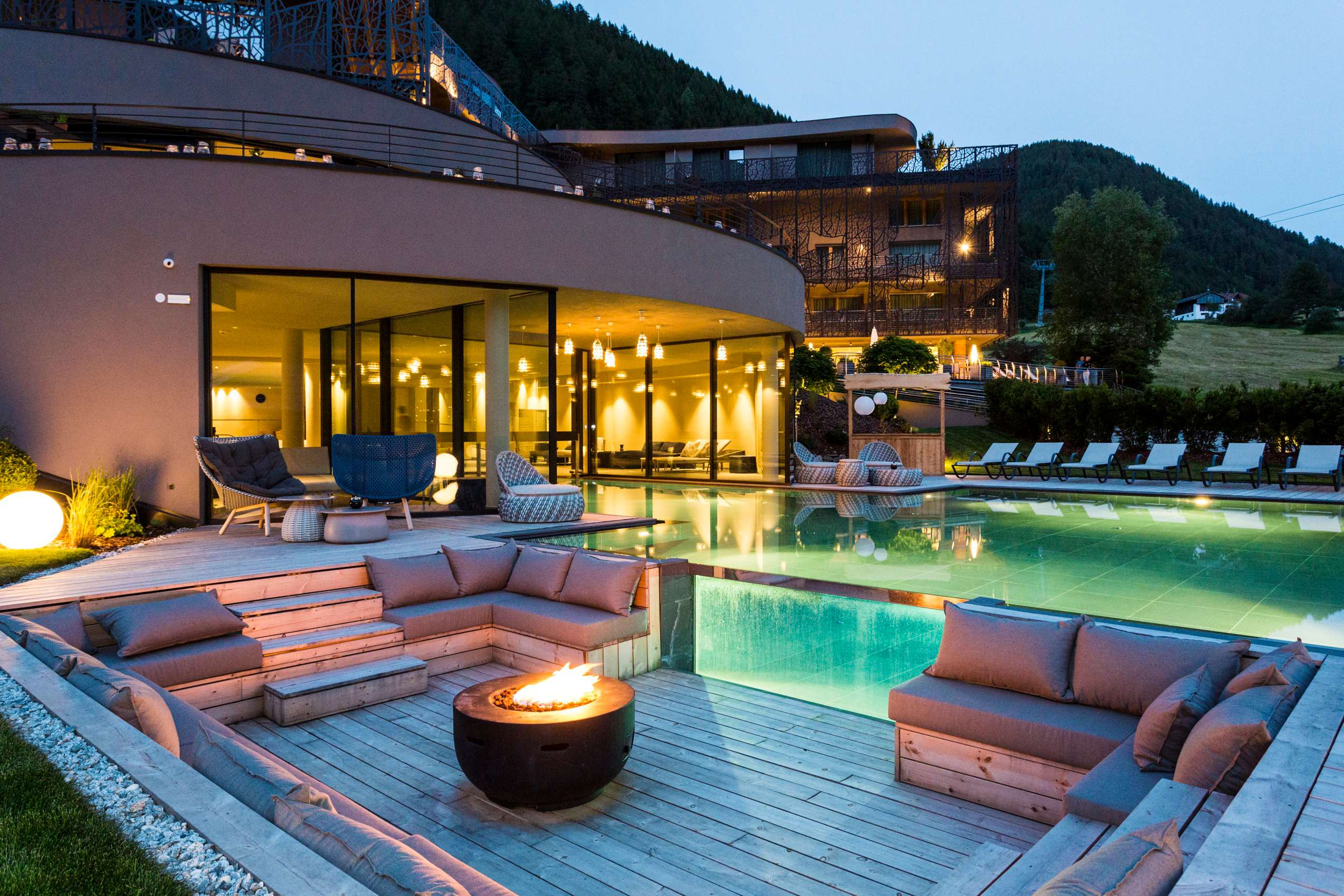 Außenpool mit Lounge und Feuer