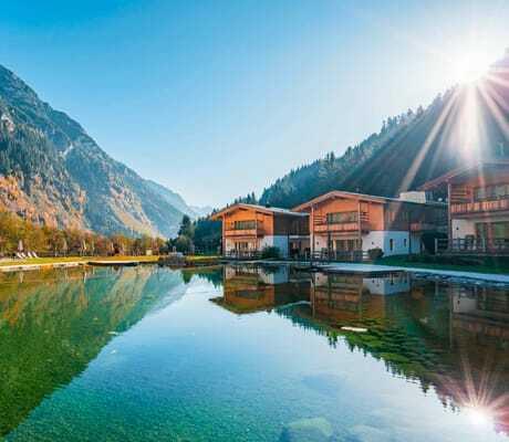 Blick über See auf die Häuser und Berge_Feuerstein_Gossensass