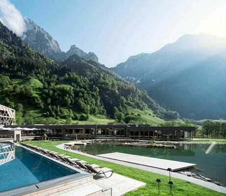 Pool mit Bergen im Hintergrund_Feuerstein_Gossensass