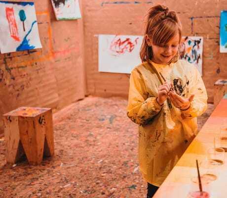Kind malt mit verschiedenen Farben_Feuerstein_Gossensass