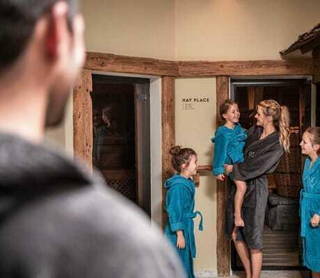 Familie geht in die Sauna_Feuerstein_Gossensass