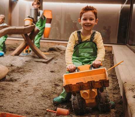 drei Kinder im Sandkasten_Feuerstein_Gossensass
