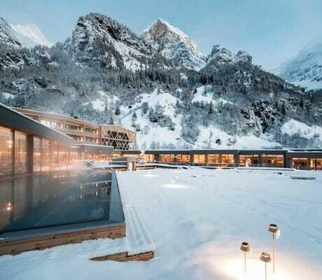 Blick auf Pool und Haus im Winter_Feuerstein_Gossensass