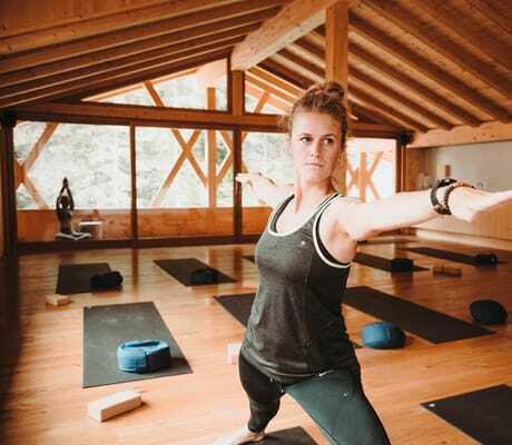 Frau macht Yoga im Yogaraum_Feuerstein_Gossensass
