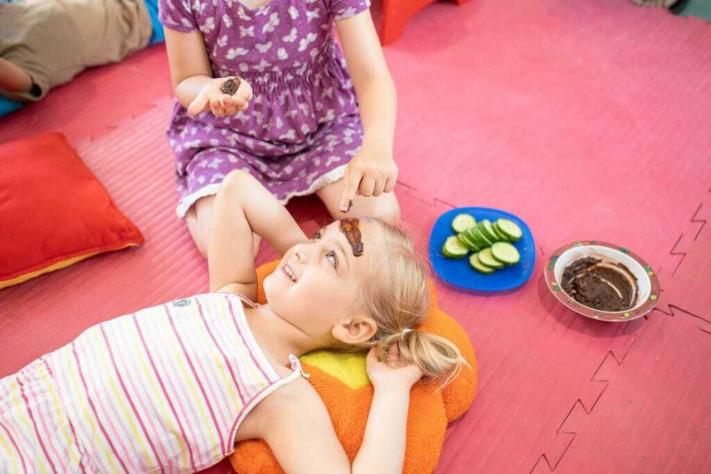 Mädchen bekommt eine Schokoladenmaske - Wellness mit Kindern