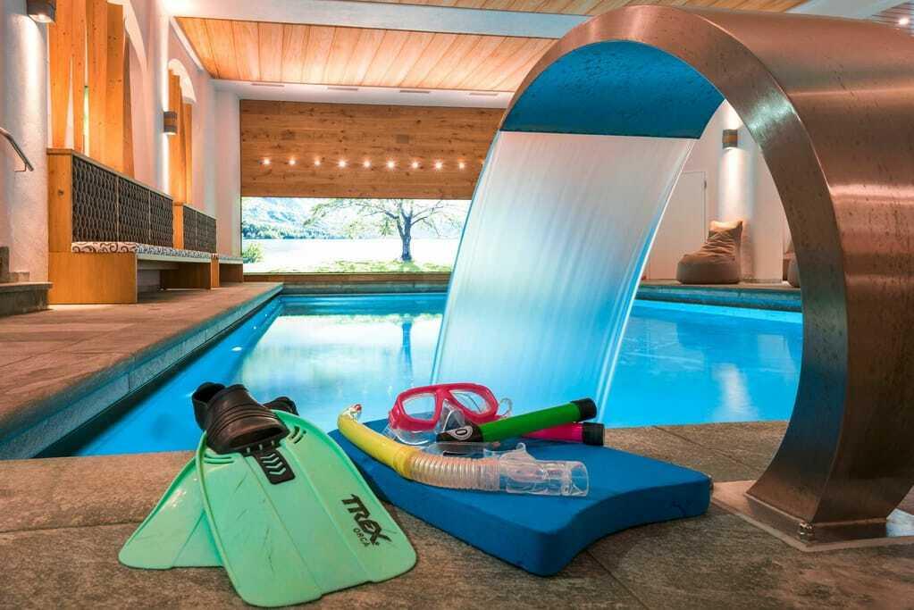 Indoorpool mit Schwimmflossen und Taucherbrille