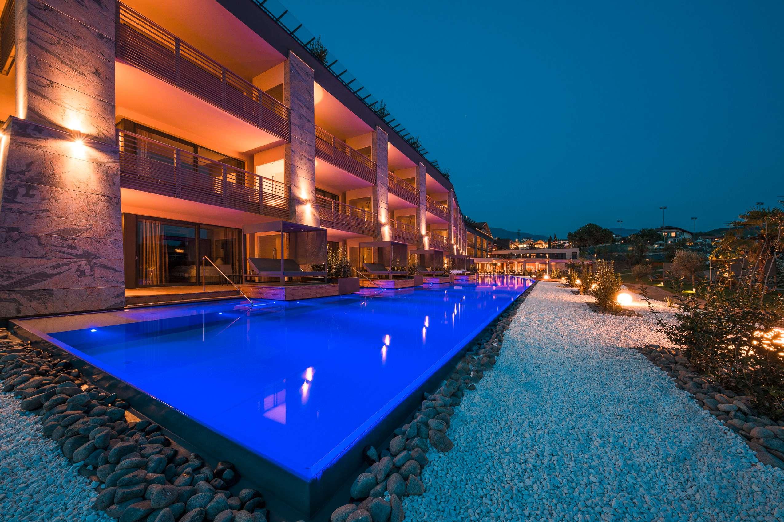 Beleuchteter Suitenpool im Hotel Weinegg
