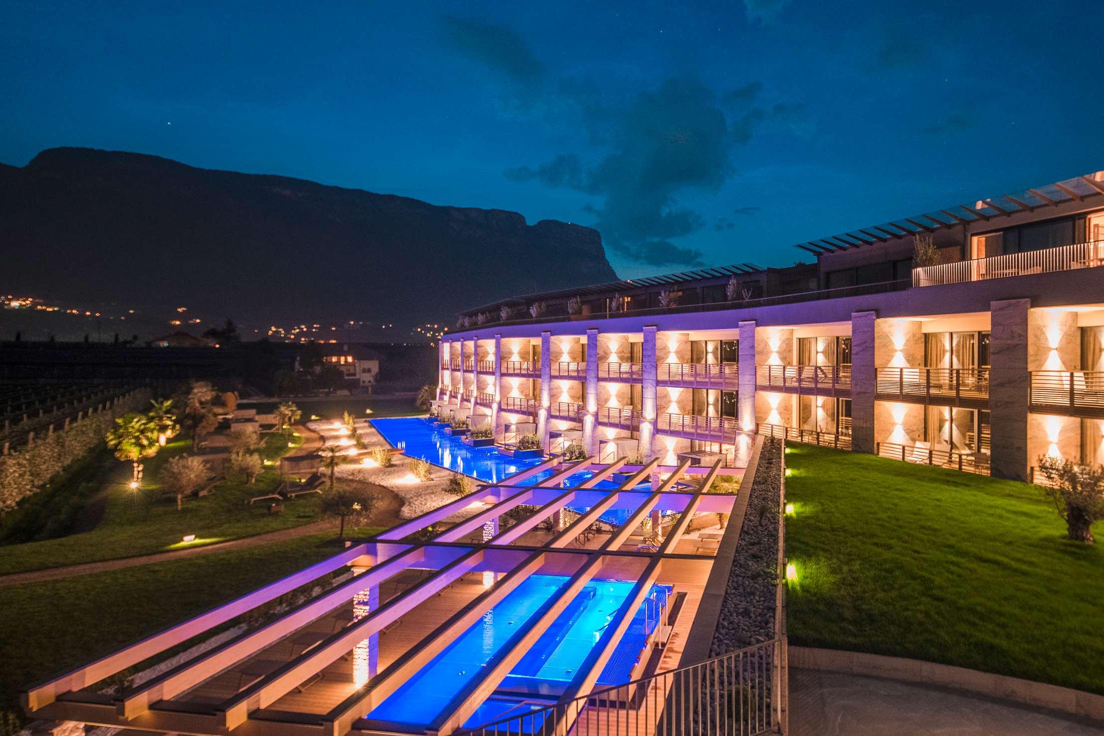 Suitenpool im Hotel Weinegg bei Nacht