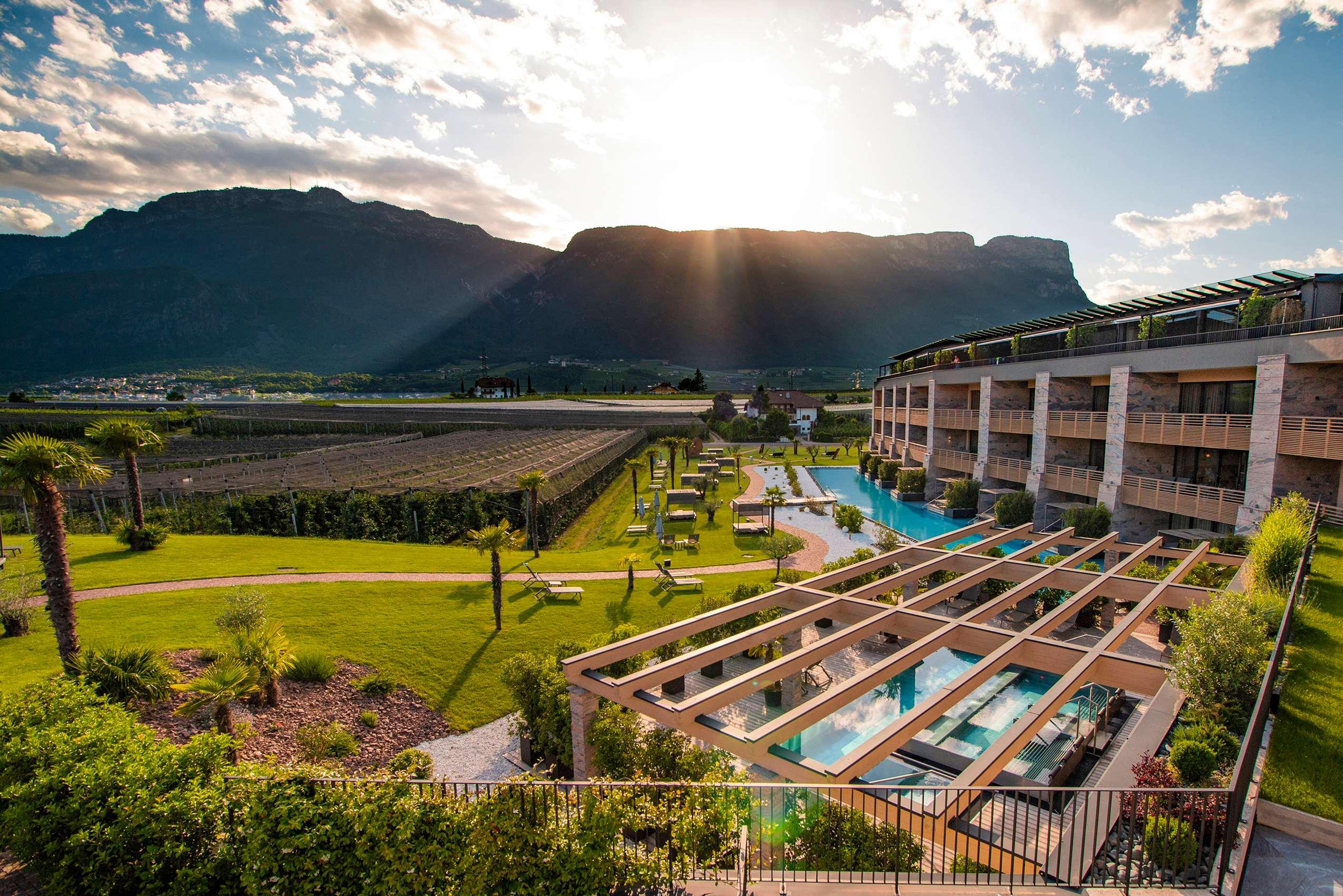 Blick auf den Suitenpool im Hotel Weinegg mit Bergpanorama