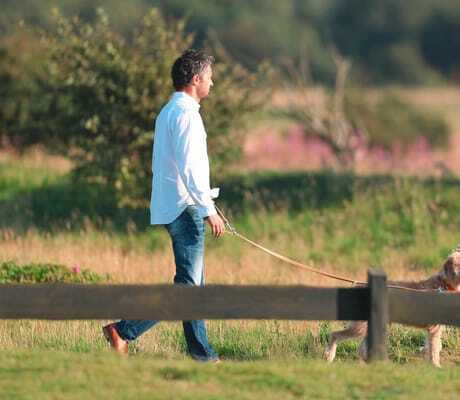 Mann mit Hund auf Spaziergang_Severins_Morsum_Kliff