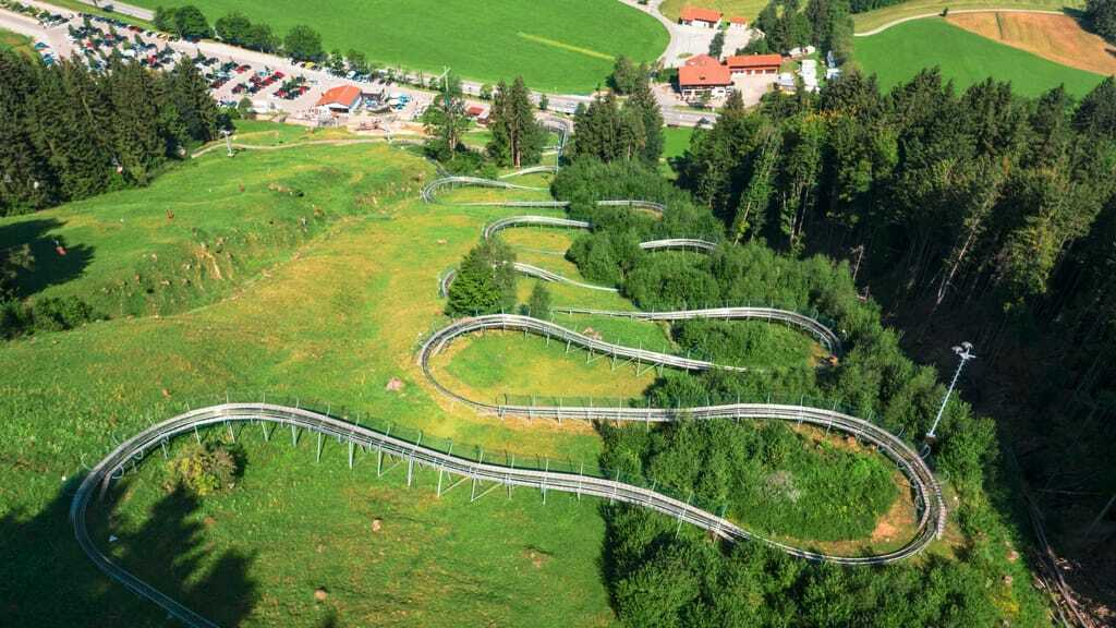 Aufnahme von oben, der Alpsee Coaster hat viele Kurven