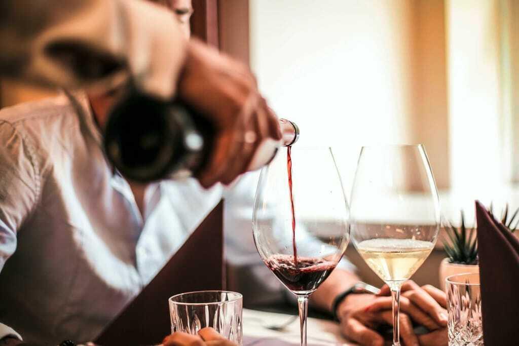 Zwei Gläser Wein auf einem Tisch