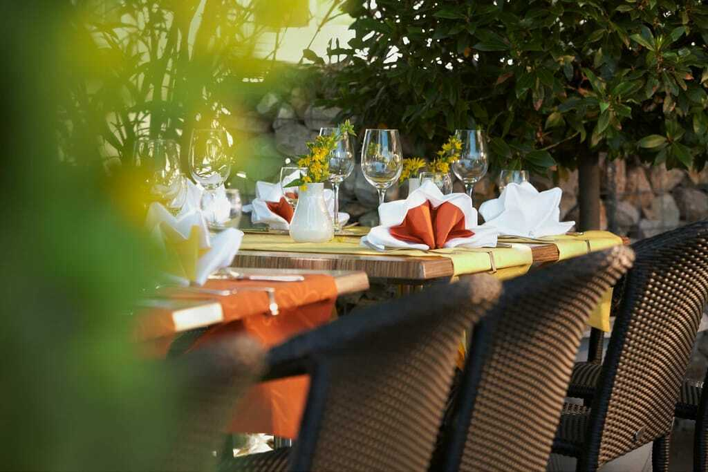 Terrasse mit Tischen und Weingläsern
