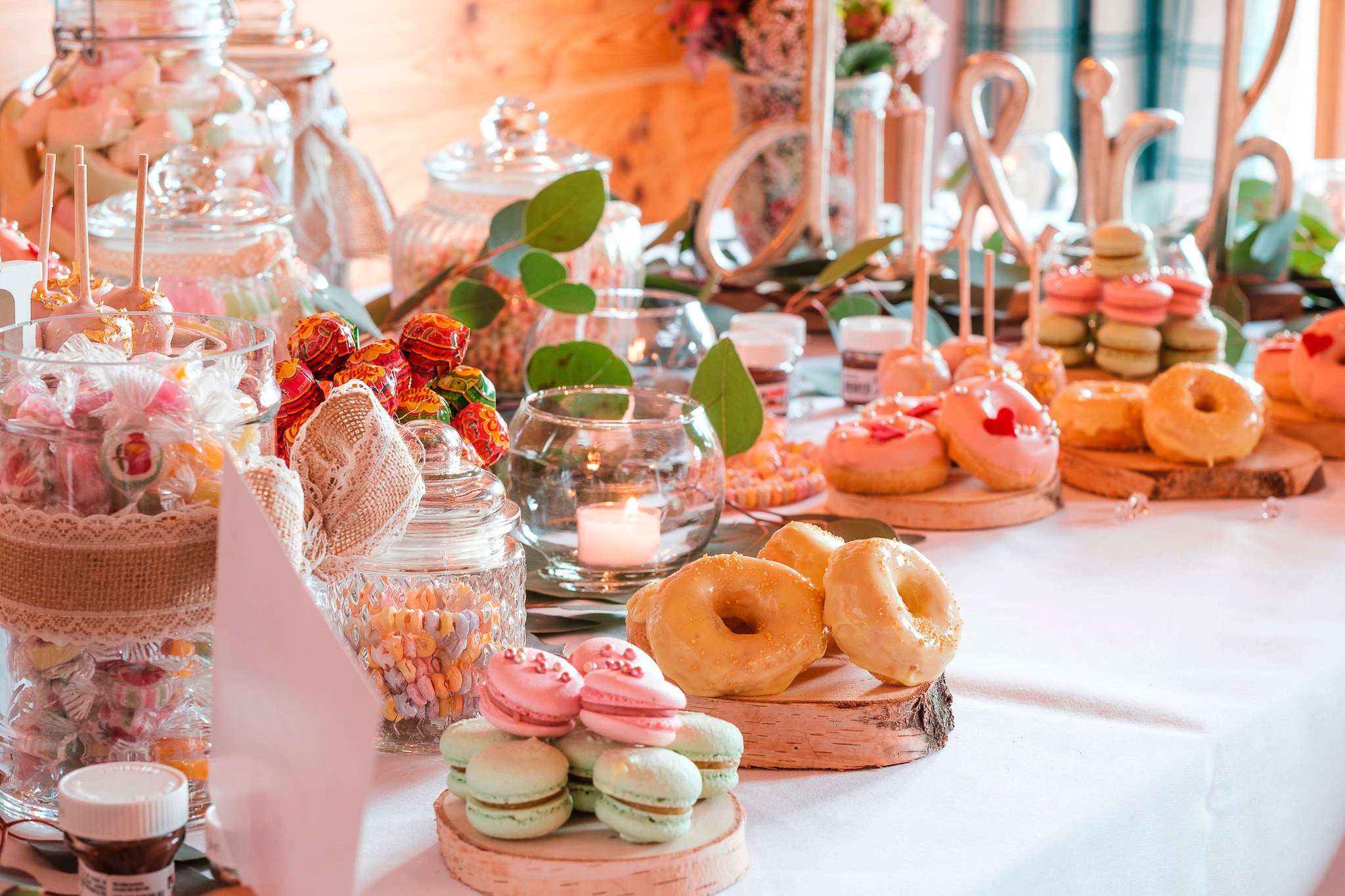 Das Candy Buffet im Sonnenalp Resort mit Donuts, Macarons und verschiedenen Bonbons.