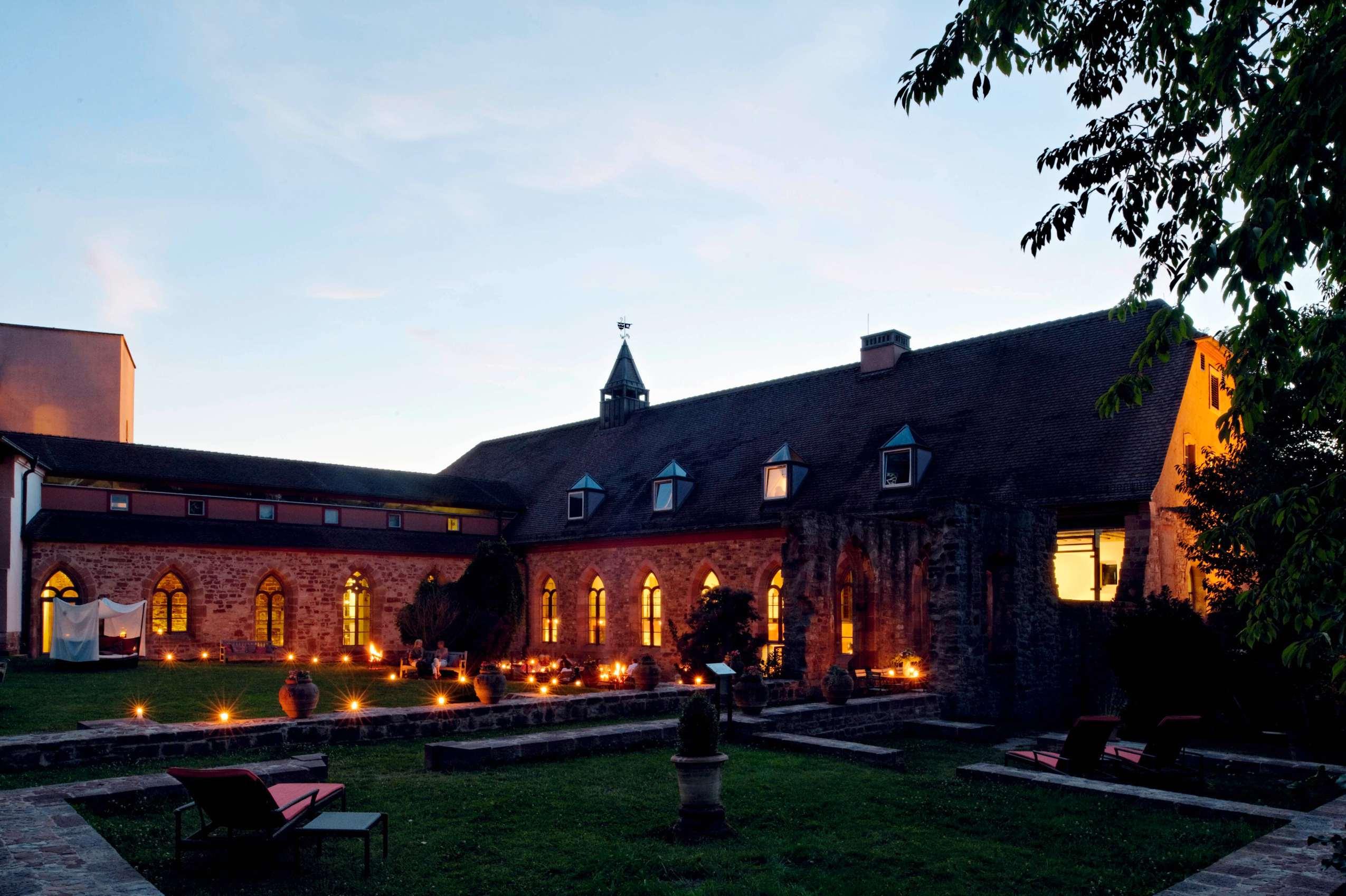 Der Innenhof des Klosters bei Abenddämmerug.