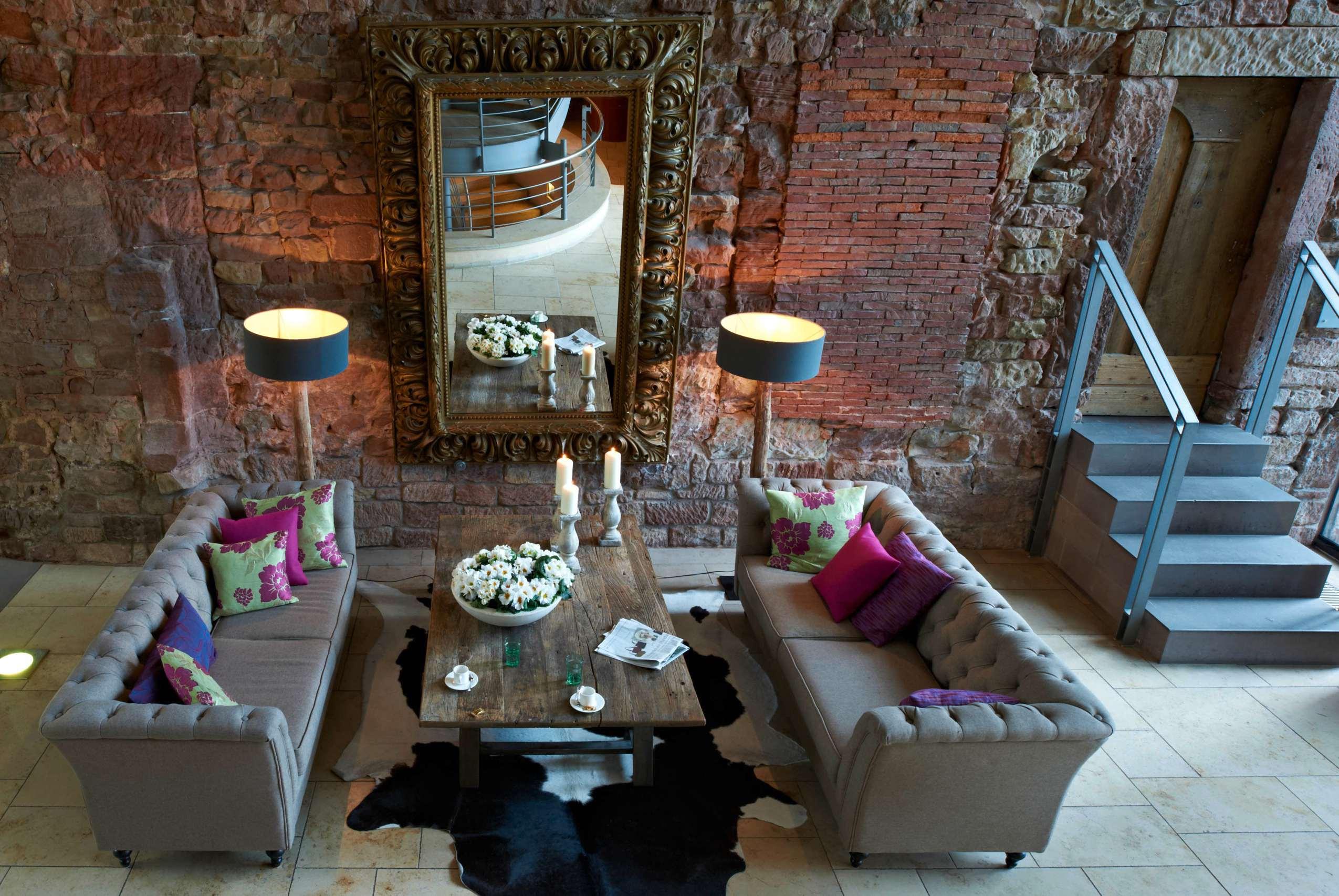 Das Foyer der Abtskapelle des Kloster Hornbach ist ein Mix aus hitorisch und modern.