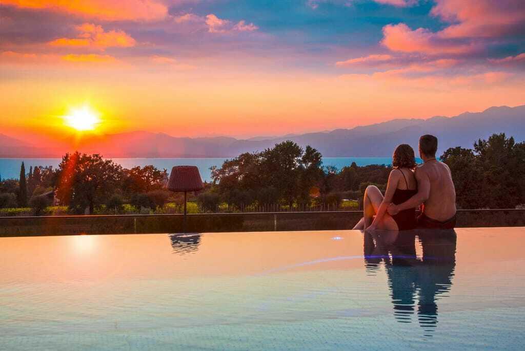 Sonnenuntergang am Pool mit Blick auf den Gardasee.