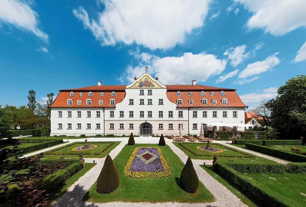 Das Schloss Lautrach von außen, umgeben vom Schlossgarten.