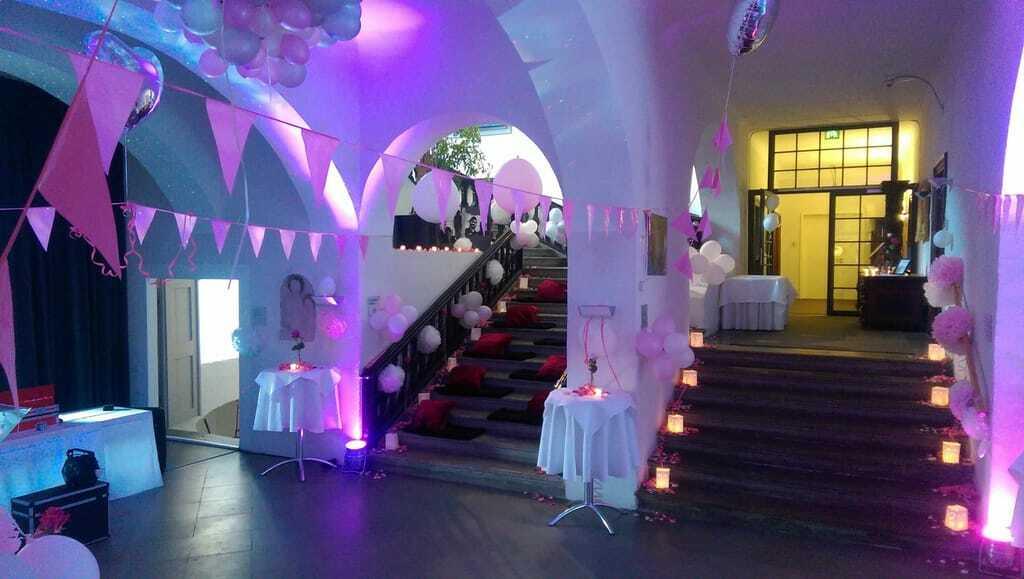Das weiß-rosé dekorierte Gewölbe in Schloss Lautrach.