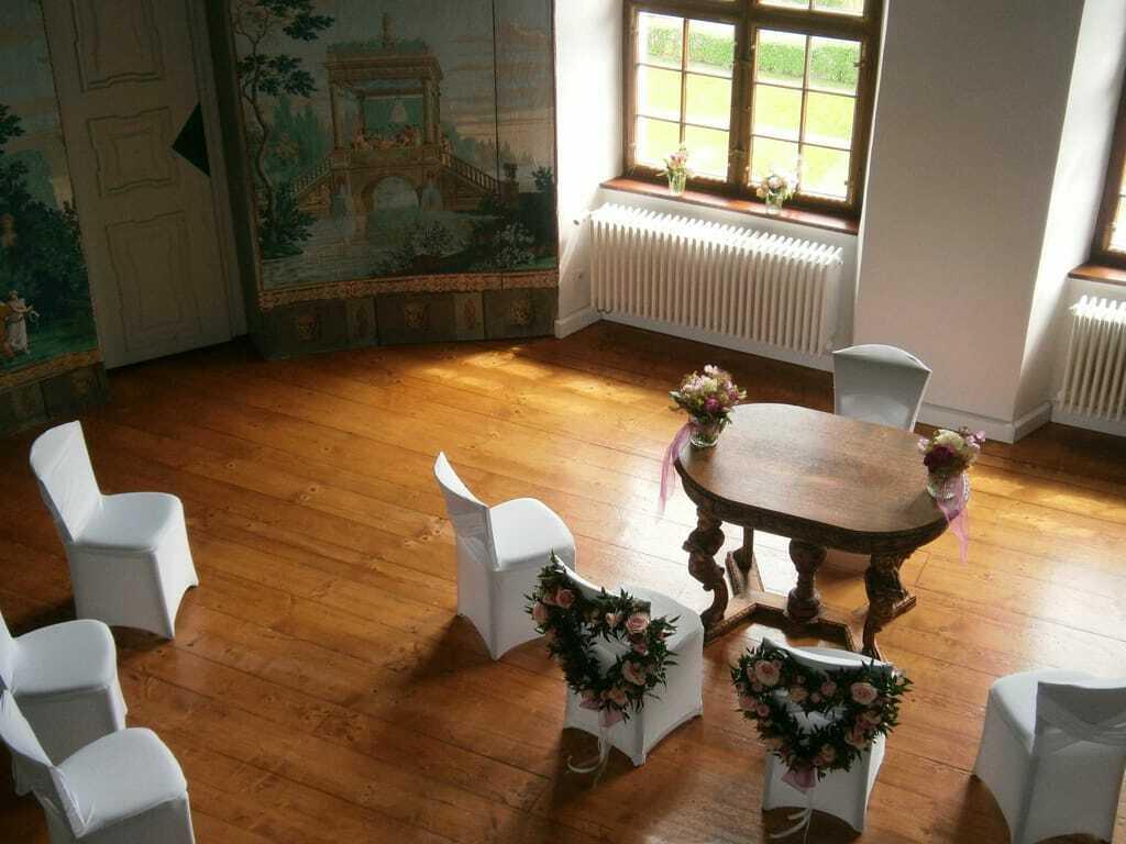 Das geschmückte Trauzimmer mit bemalten Wänden im Schloss Lautrach.