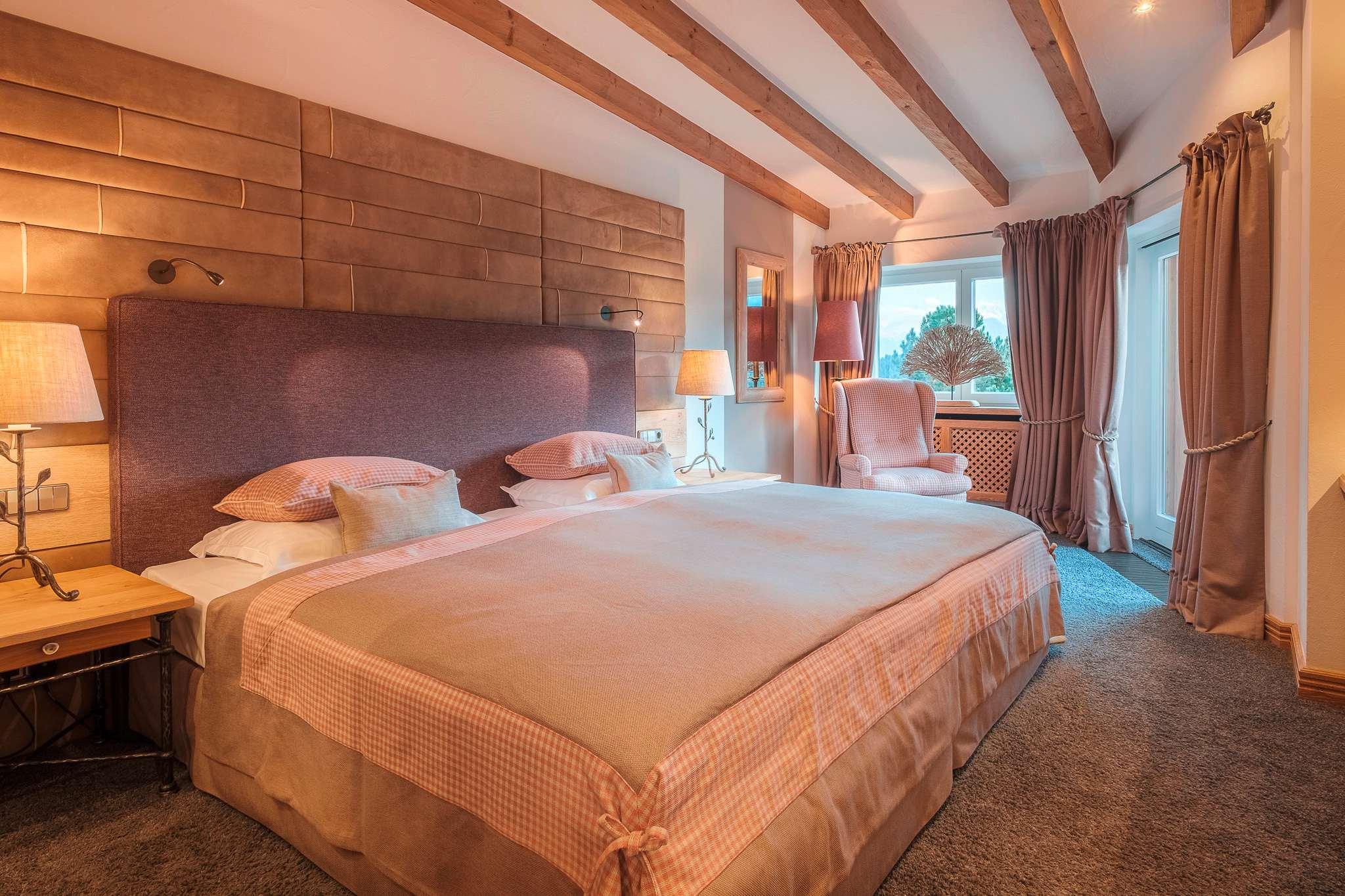 Die Silberdistel Suite im Sonnenalp Resort ist mit einem extragroßen Doppelbett ausgestattet und in Pastelfarben gehalten.