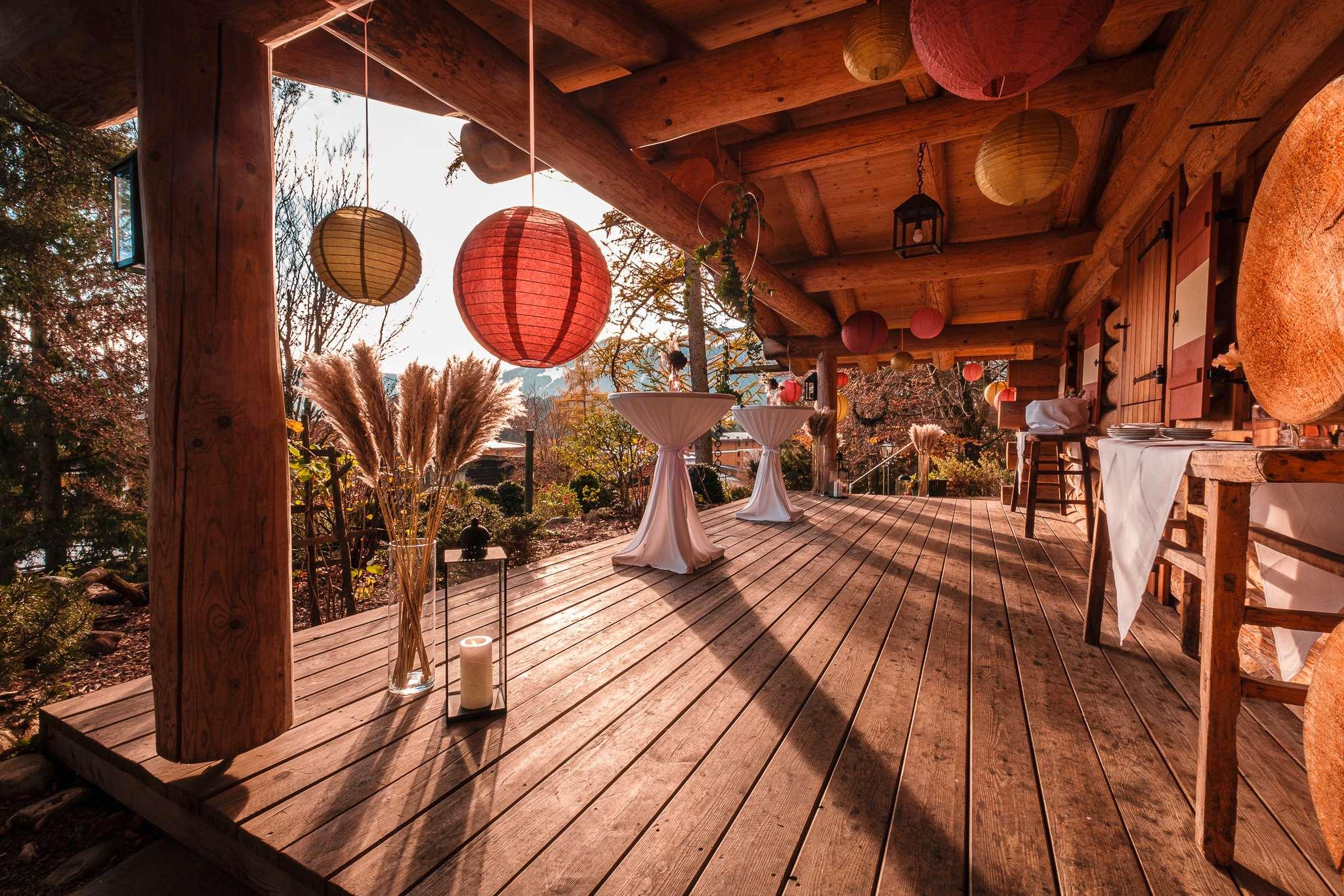 Die Veranda des Donnenalp Resorts ist mit verschieden großen Lampions in rot und gelb geschmückt.