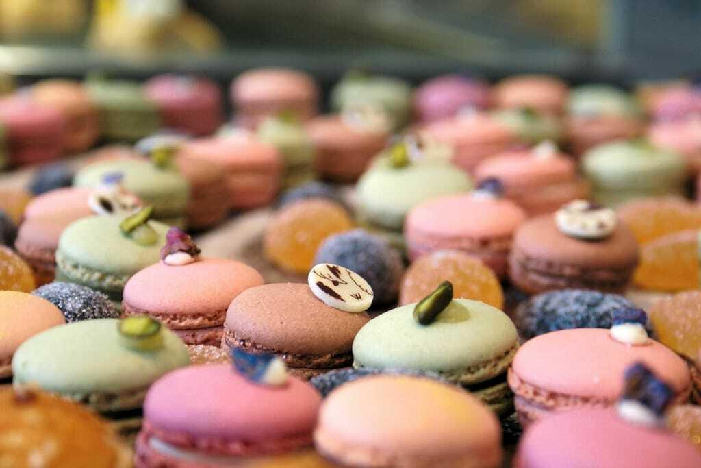Macaronskreationen in verschiedenen Farben.