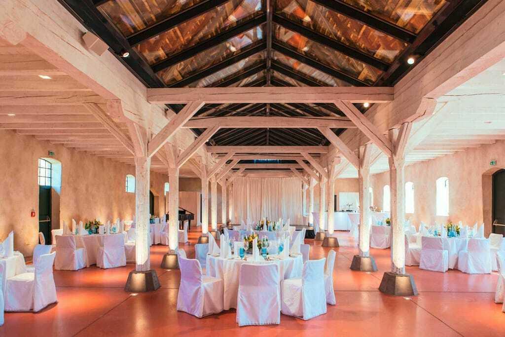Reetdachsaal mit festlich gedeckten Tischen