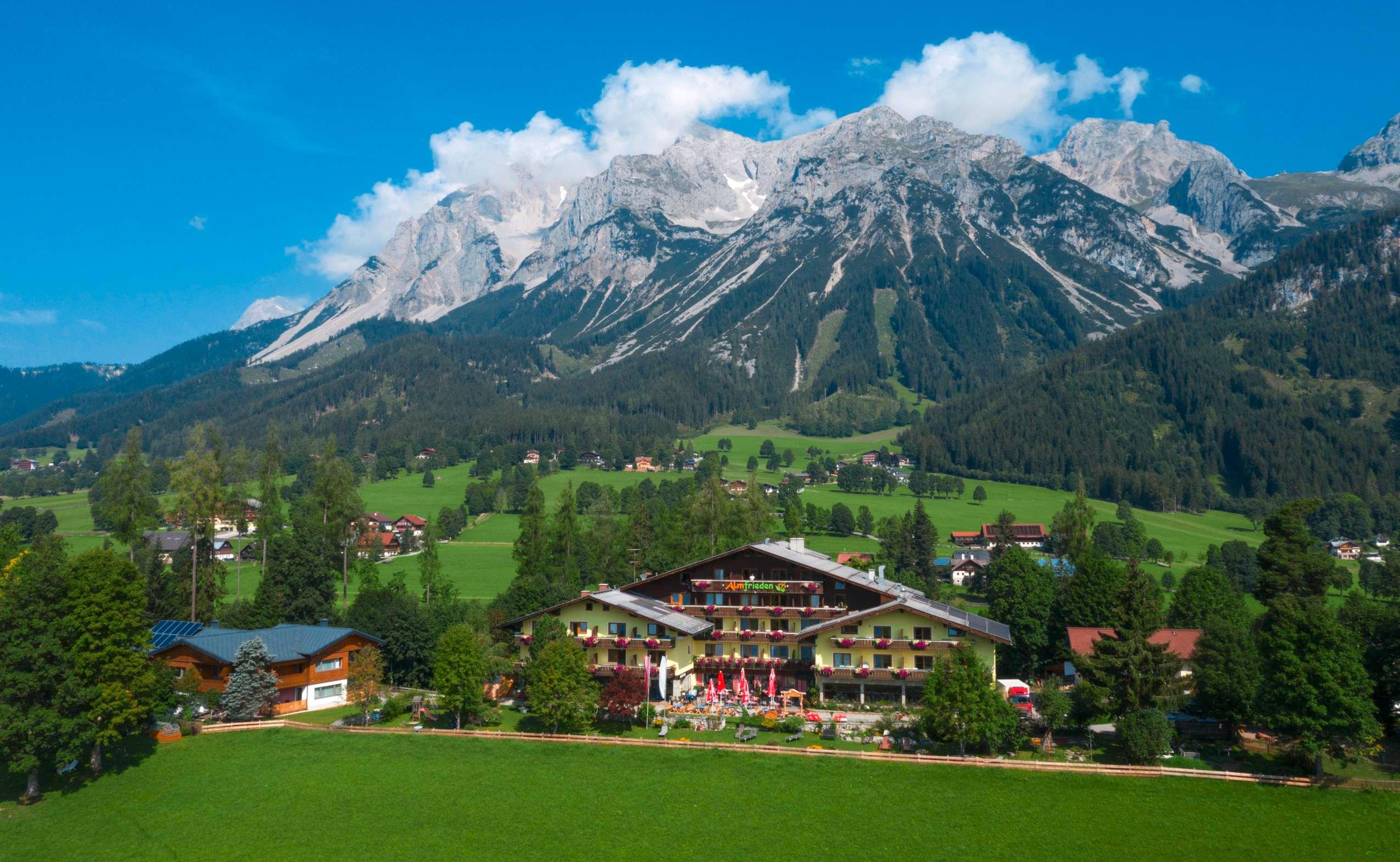 Hotel Almfrieden von oben am Fuße eines Berges liegend