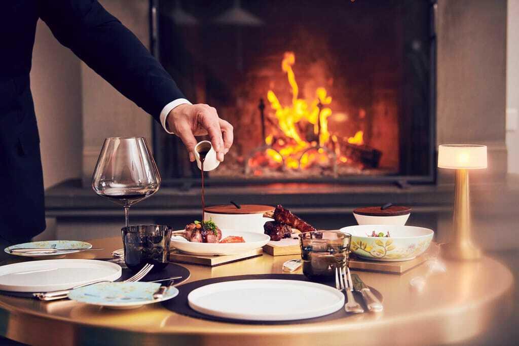 Soße wird über ein Gericht gegossen_Grand_Resort_Bad Ragaz