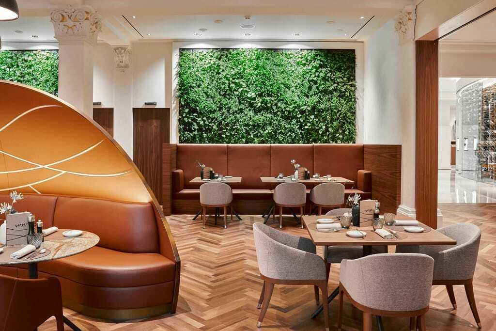 grüne Wiesenwand im Restaurant verve_Grand_Resort_Bad_Ragaz