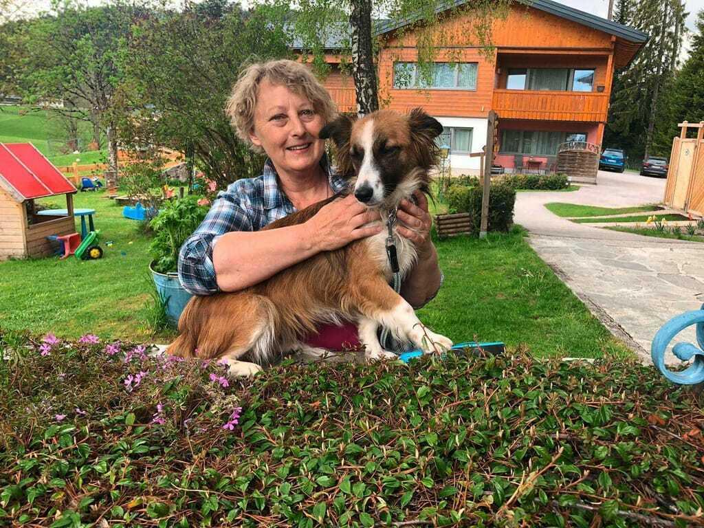 Hotelbesitzerin mit ihrem Hund_Hunde_im_Hotel