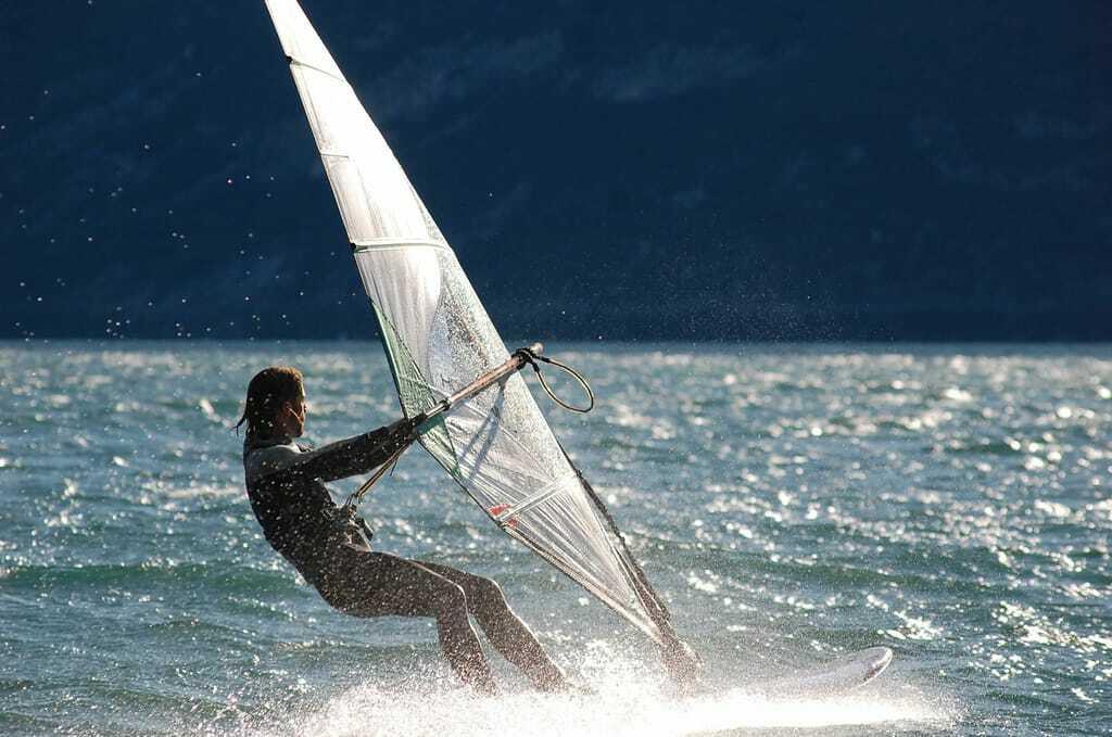 Aktivurlaub am Gardasee: Windsurfer auf dem Wasser.