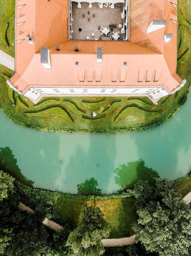 Das Schloss Hohenkammer aus der Vogelperspektive