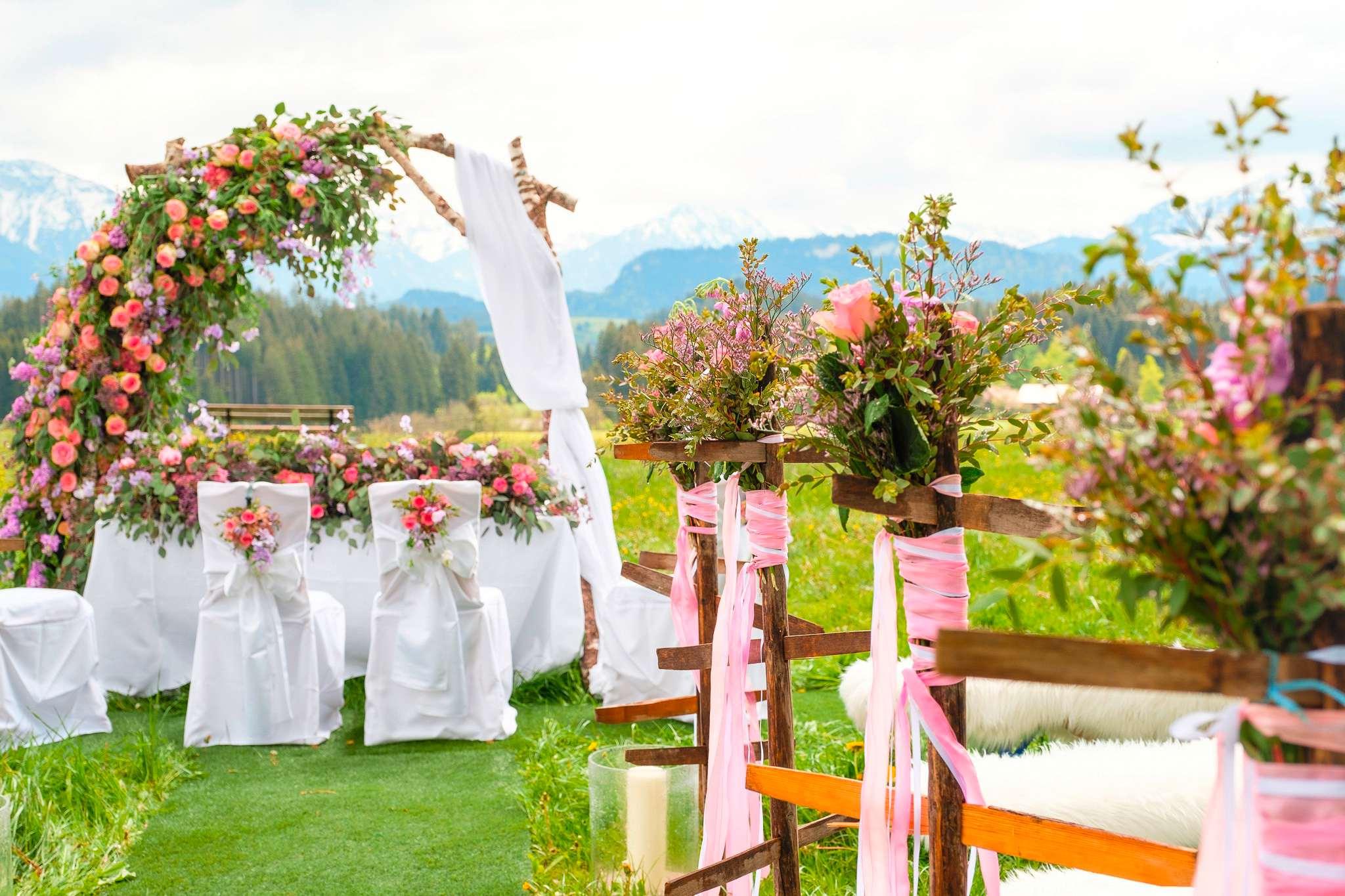 Freie Trauung im Hochzeitshotel Sonnenalp Resort vor einem Bergpanorama