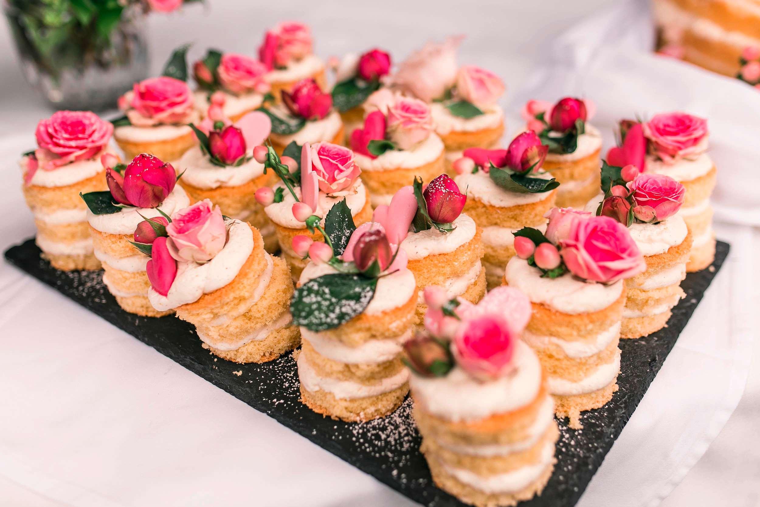 Naked Cake Desserts mit weißer Buttercreme und Rosen.