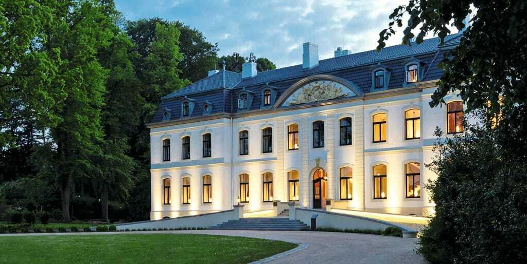 Das Schloss Weissenhaus bei Dämmerung