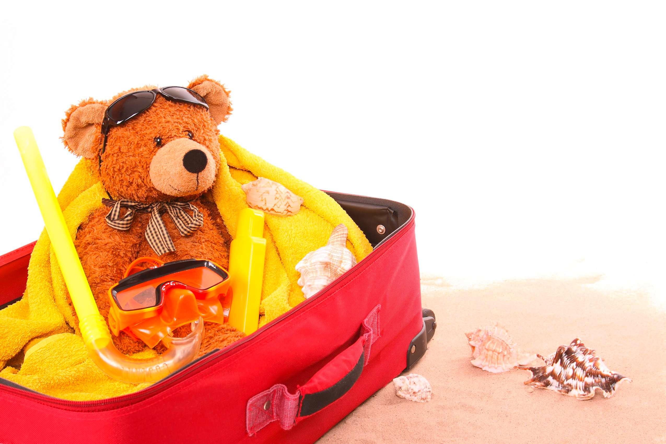 Koffer für den Familienurlaub mit Teddy und Schnorchel
